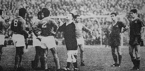 Португалците често накъсваха играта в разправии със съдията.