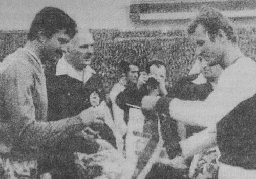 Гунди разменя възпоменателно флагче преди началото на мача