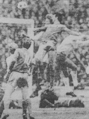 Гунди отново се е извисил над всички и с глава бележи победния гол минути преди края на мача
